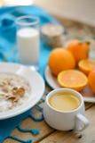Petit déjeuner, fruit, flocons d'avoine, lait et jus d'orange sur la table en bois Photographie stock libre de droits