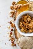 Petit déjeuner - granola, yaourt, baies, écrous, miel, blé Image stock