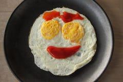 Petit déjeuner heureux de visage, oeuf au plat de sourire par le ketchup Photos libres de droits