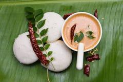 Petit déjeuner indien du sud populaire oisif ou d'Idli avec le chutney de noix de coco Photo libre de droits
