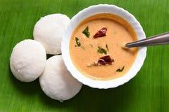 Petit déjeuner indien du sud populaire oisif ou d'Idli avec le chutney de noix de coco Image libre de droits