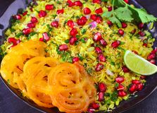 Petit déjeuner indien Poha Jalebi de glutenfree images libres de droits