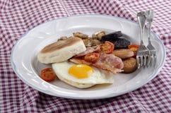 Petit déjeuner irlandais avec le petit pain d'un plat Photographie stock libre de droits