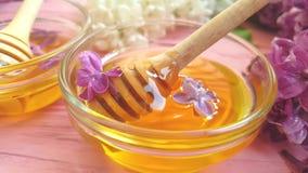 Petit déjeuner lilas naturel organique de fleur de miel sur le fond en bois savoureux banque de vidéos