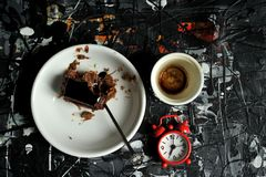 Petit déjeuner minimaliste avec le gâteau de café et de chocolat Photographie stock libre de droits