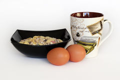 Petit déjeuner Muesli, oeufs et une tasse Photographie stock