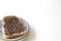Petit déjeuner néerlandais avec le plat bleu de hagelslagon de grêle de pain et de chocolat Table et espace blancs pour le texte images libres de droits