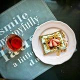 Petit déjeuner nutritif et délicieux, avec du vin de fraise de pain grillé et le pain grillé Images libres de droits