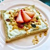 Petit déjeuner nutritif et délicieux, avec la fraise de pain grillé et le pain grillé Photos libres de droits