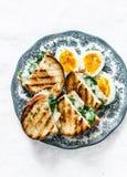 Petit déjeuner nutritif sain délicieux - épinards et sandwichs et oeufs à la coque chauds à mozzarella Sur un fond clair photo stock
