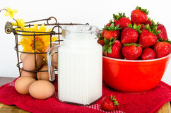 Petit déjeuner nutritionnel des oeufs bruns, des fraises et du lait Photo stock