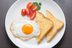 Petit déjeuner, oeuf au plat frais et pain Photos libres de droits