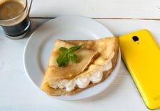 Petit déjeuner ou déjeuner léger, avec des crêpes (crêpes) Image libre de droits