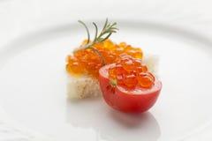 Petit déjeuner parfait - sandwich à caviar avec la tomate-cerise rouge sur le pl Photos stock