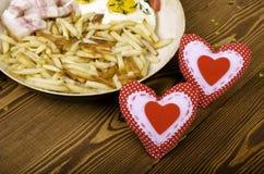 Petit déjeuner pour deux la Saint-Valentin Poêle avec un repas et Photo stock