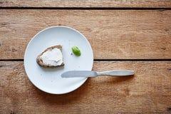 Petit déjeuner réduit multiplié du plat avec le couteau image stock