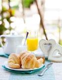 Petit déjeuner romantique avec amour Croissants, café, jus, coeurs en bois Image libre de droits