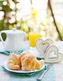 Petit déjeuner romantique avec amour Croissants, café, jus, coeurs en bois Images stock