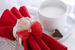 Petit déjeuner romantique avec du chocolat en forme de coeur Photo stock