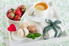 Petit déjeuner romantique dans le lit et cadeau avec amour Photo stock