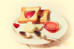 Petit déjeuner romantique de petit déjeuner pour des amants Pain grillé et bourrage valenti Photo libre de droits