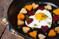Petit déjeuner romantique des oeufs au plat et des légumes du coeur Photo libre de droits
