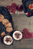 Petit déjeuner romantique deux tasses de café, de cappuccino avec des biscuits de chocolat et de biscuits près des coeurs rouges  Photo stock