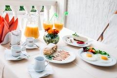 Petit déjeuner romantique pour deux sur la table Photographie stock libre de droits