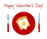Petit déjeuner romantique pour le jour du ` s de Valentine Oeufs au plat sous forme de coeur et pain grillé d'un plat rouge illustration libre de droits