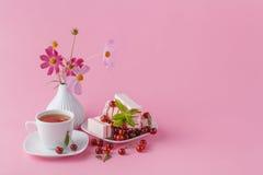 Petit déjeuner romantique pour son amie avec la sucrerie de fruit de cerise Photo stock