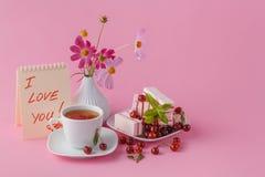 Petit déjeuner romantique pour son amie avec la sucrerie de fruit de cerise Photographie stock
