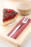 Petit déjeuner romantique servi : tasse de café avec du lait et le gâteau au fromage délicieux de cerise Image libre de droits