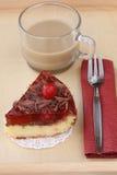 Petit déjeuner romantique servi : tasse de café avec du lait et le gâteau au fromage délicieux de cerise Photographie stock libre de droits