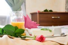 Petit déjeuner romantique sur le lit Photographie stock libre de droits