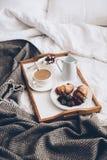 Petit déjeuner romantique traditionnel dans le lit dans la chambre à coucher blanche et beige Photo libre de droits