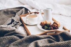 Petit déjeuner romantique traditionnel dans le lit dans la chambre à coucher blanche et beige Image libre de droits