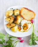 Petit déjeuner rural - oeufs au plat, pommes de terre de primeurs, radis Photo stock