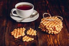 Petit déjeuner rustique avec les gaufres et le thé Images stock