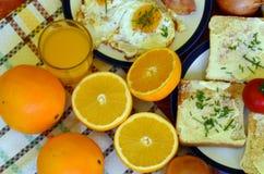 Petit déjeuner rustique - pain rôti avec du beurre et ciboulette, oeufs au plat et lard Image libre de droits