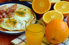 Petit déjeuner rustique - pain rôti avec du beurre et ciboulette, oeufs au plat et lard Image stock