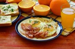 Petit déjeuner rustique - pain rôti avec du beurre et ciboulette, oeufs au plat et lard Photos libres de droits