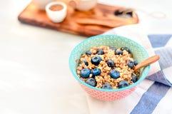 Petit déjeuner sain à haute valeur protéique, gruau de sarrasin avec des myrtilles, graines de lin et miel photo stock