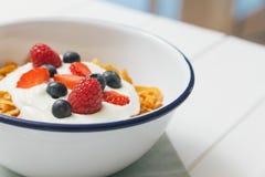 Petit déjeuner sain avec des céréales et des baies dans un e Images libres de droits