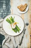 Petit déjeuner sain avec l'asperge verte, l'oeuf mollet, le lard et le pain Photo libre de droits