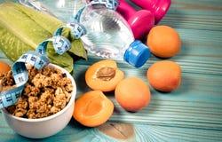 Petit déjeuner sain avec la granola, les légumes frais et les fruits sur la table bleue Photographie stock
