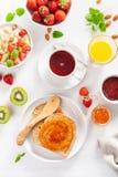 Petit déjeuner sain avec le gruau de farine d'avoine, fraise, écrous, pain grillé Photo stock