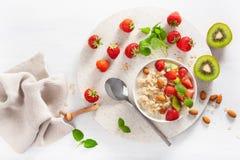 Petit déjeuner sain avec le gruau de farine d'avoine, fraise, écrous Principal v Image stock