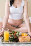 Petit déjeuner sain de femme enceinte Photographie stock libre de droits