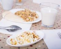 Petit déjeuner sain de fromage, de céréale et de lait Photos libres de droits