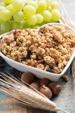 Petit déjeuner sain de muesli de granola avec du raisin, des écrous et des oreilles de blé image stock